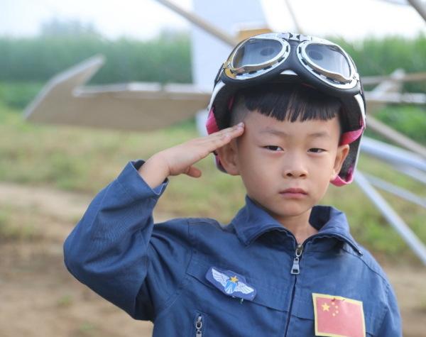 5岁小孩成为世界上最年轻的飞行员