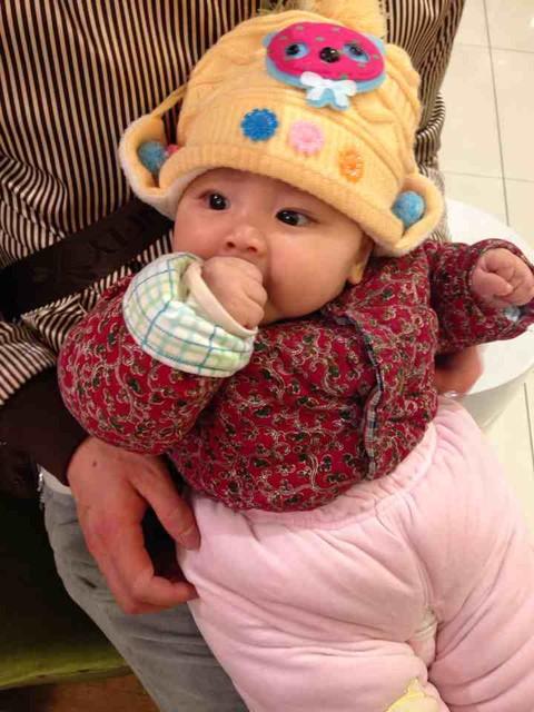 宝宝的大拇指都出来了吗 宝宝会吃大拇指了吗