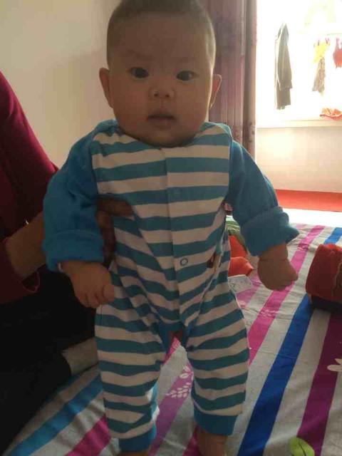 3个月婴儿竖着抱图片图片2