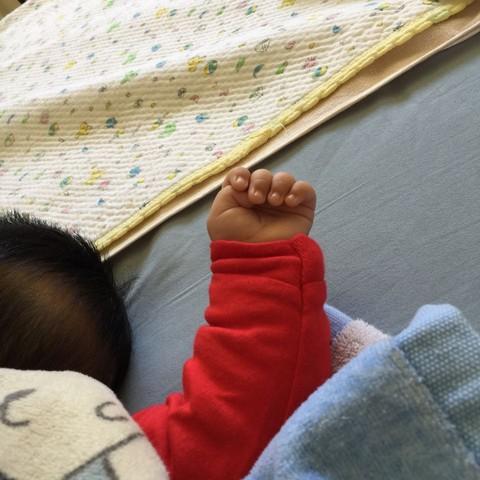 拇指内扣 宝宝大拇指偶尔内扣,正常吗